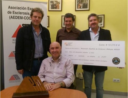 La Asociación Benéfica Javier Segrelles hace entrega a la AEDEM de un nuevo cheque solidario.
